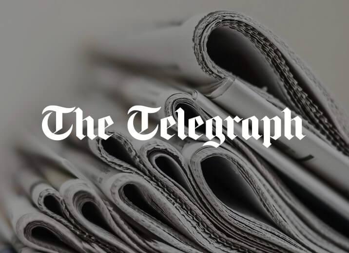 Újságok kötege középen a The Telegraph logójával
