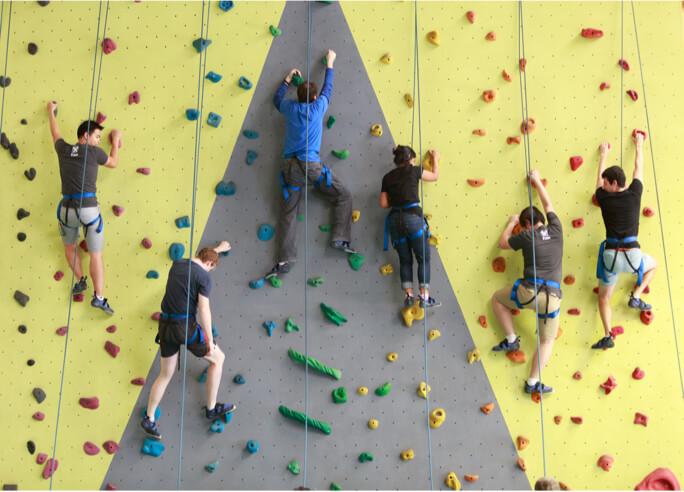 Pessoal da Atlassian em uma parede de escalada