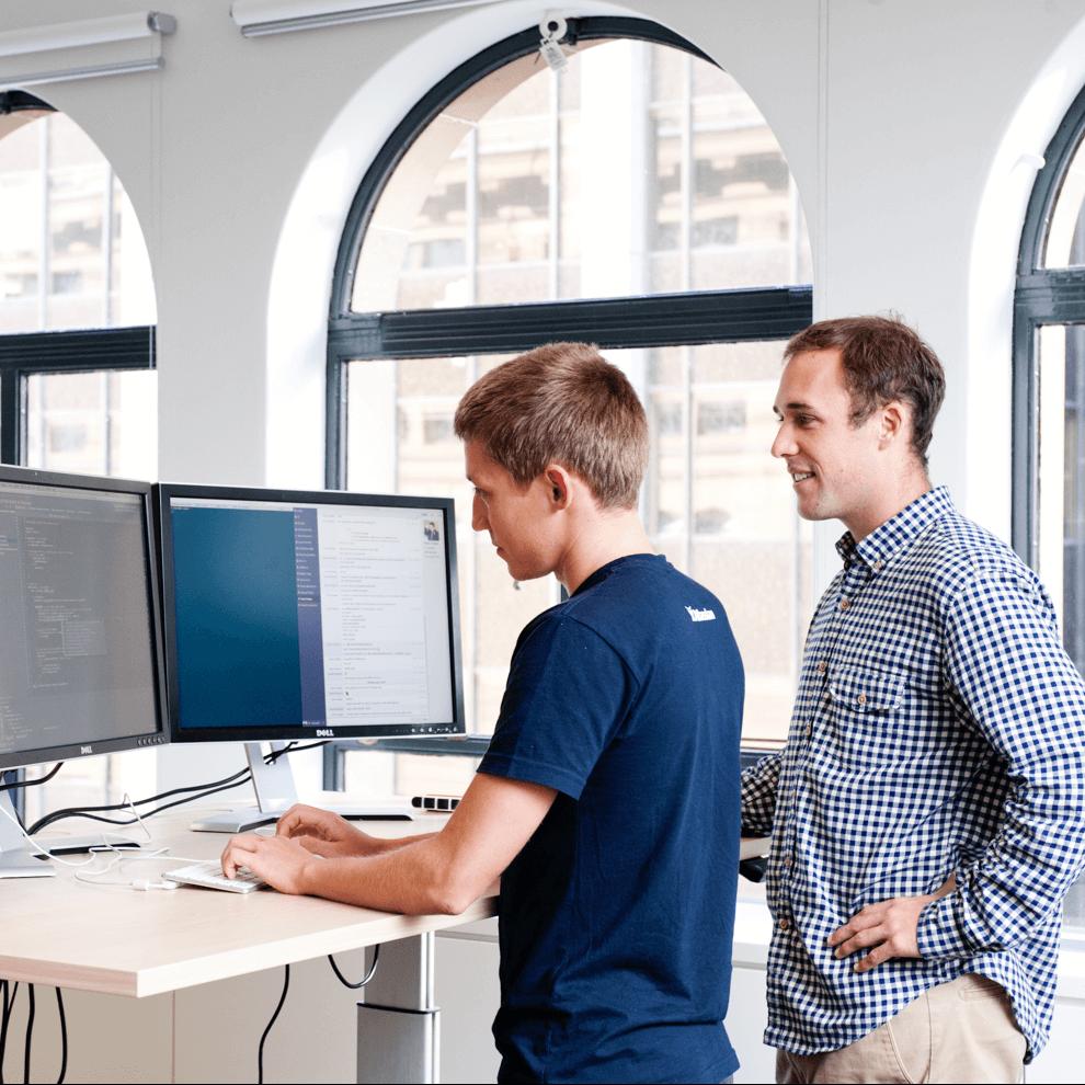 Deuxemployés Atlassian travaillant à un bureau
