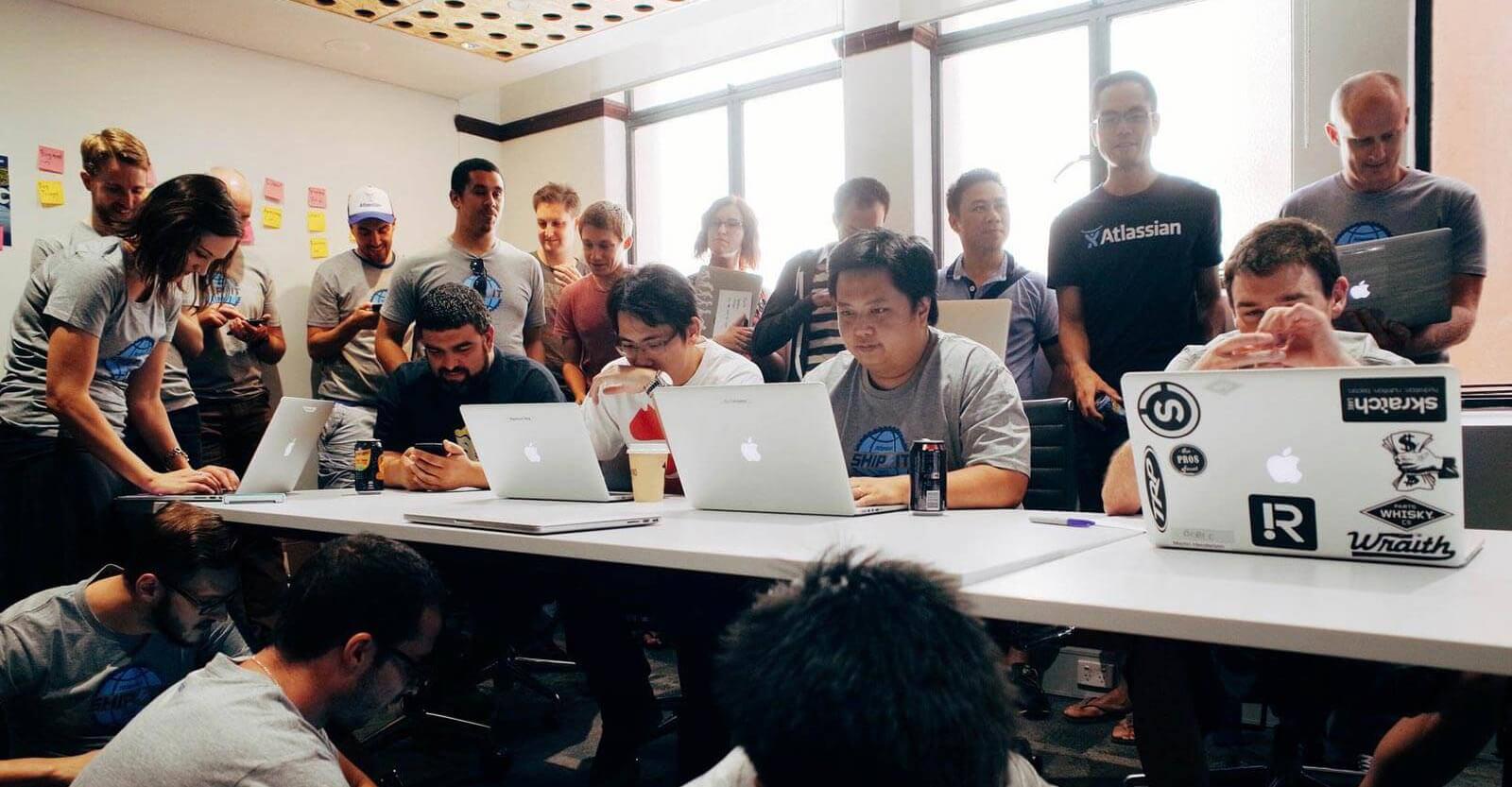 Os funcionários da Atlassian participam do dia de ShipIt