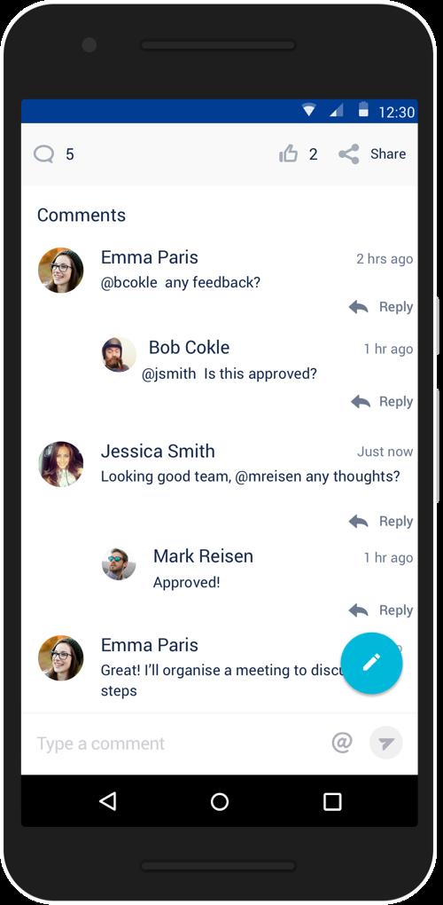 Téléphone portable sur lequel s'affichent des messages de chat concernant les commentaires et l'approbation