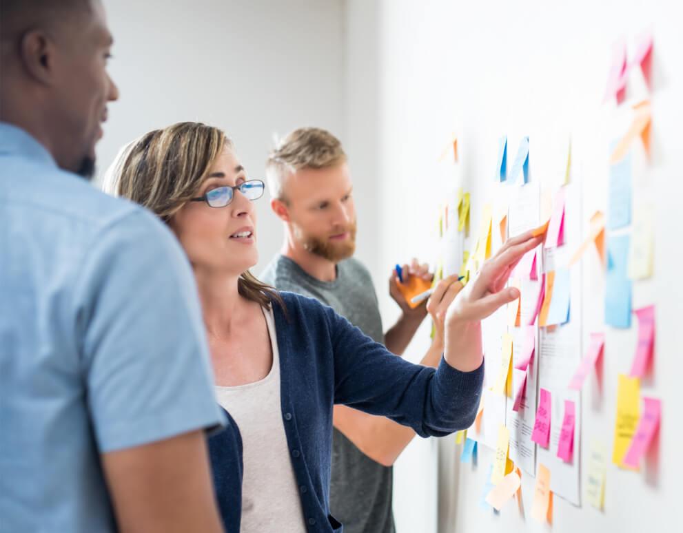 Zusammenarbeiten im Team an einem Board mithilfe von Sticky Notes