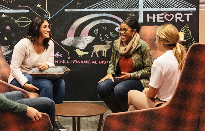 HubSpot-Mitarbeiter im Gespräch