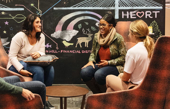 Rozmawiający pracownicy HubSpot