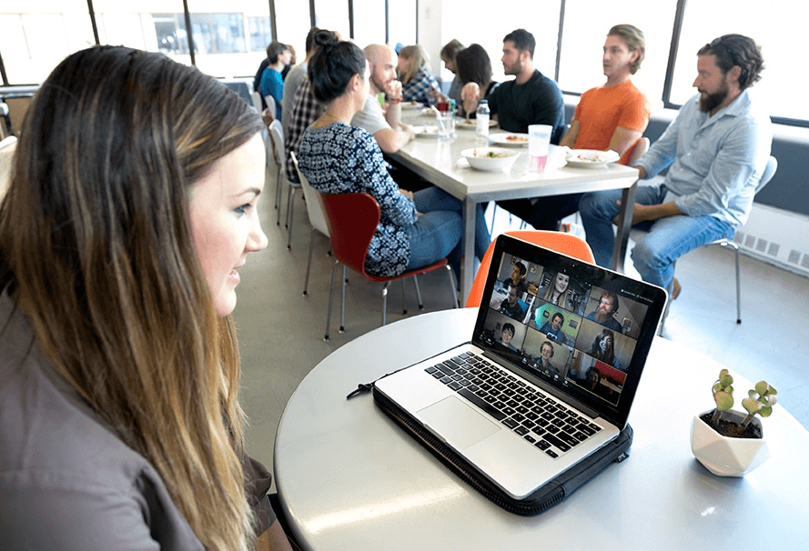 Persona realizando una reunión rápida por chat de vídeo