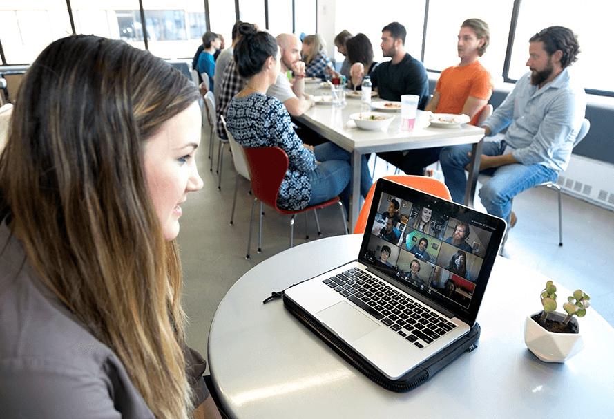 Person, die per Videochat an einem Stand-up teilnimmt