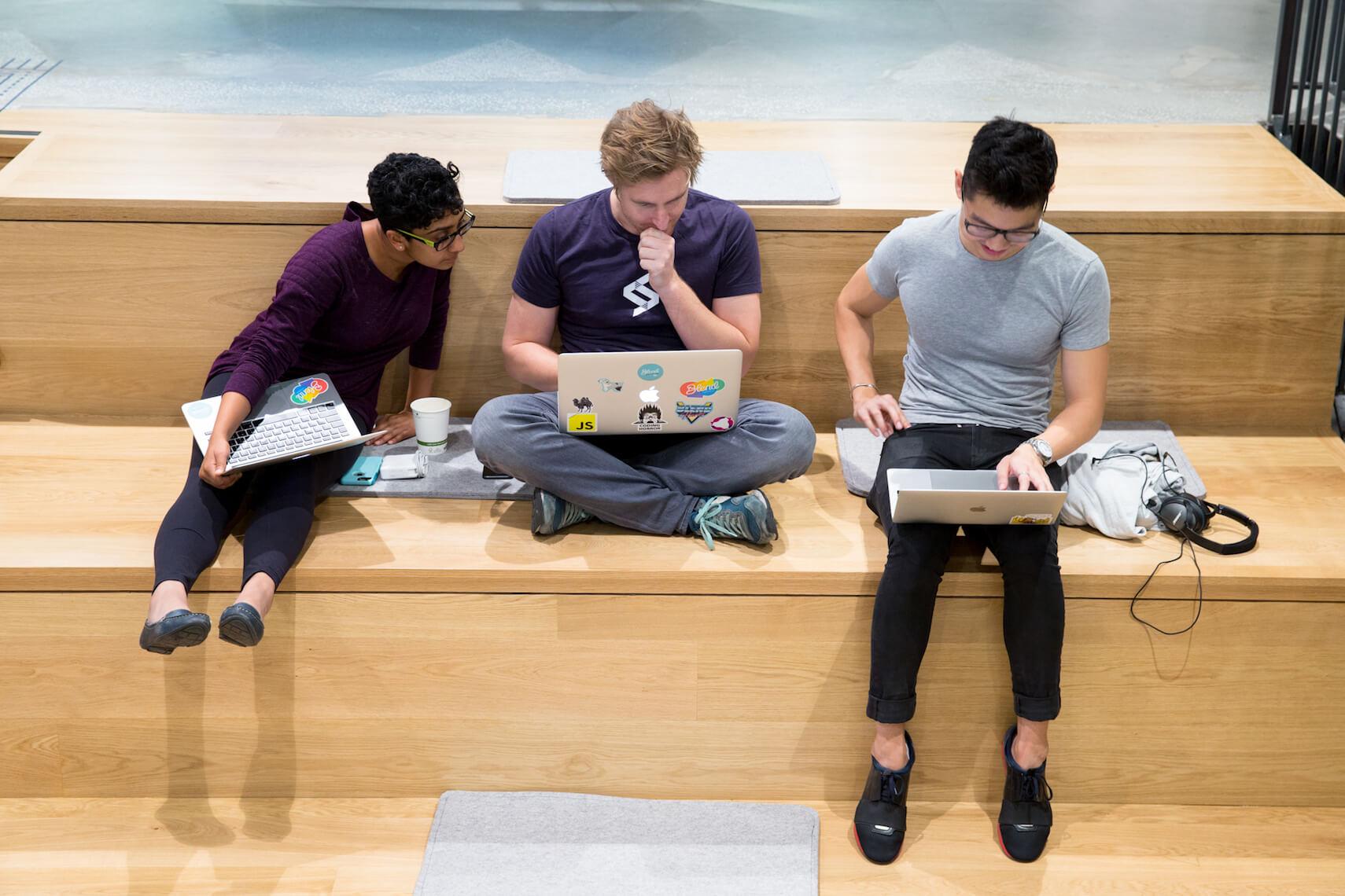 Verschillende werknemers die achter hun laptop werken