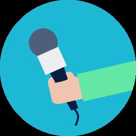 ausgestreckter Arm mit einem Mikrofon in der Hand