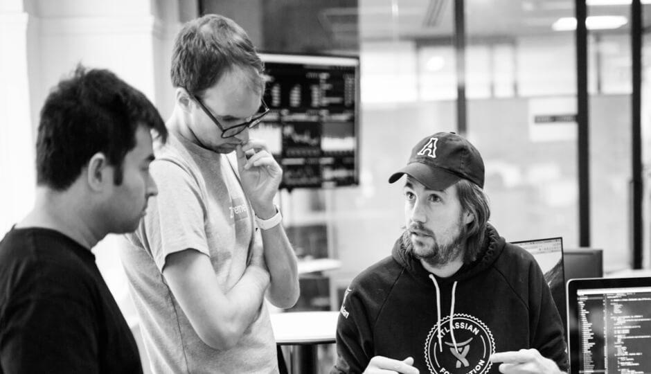 Mike Cannon-Brookes com funcionários da Atlassian
